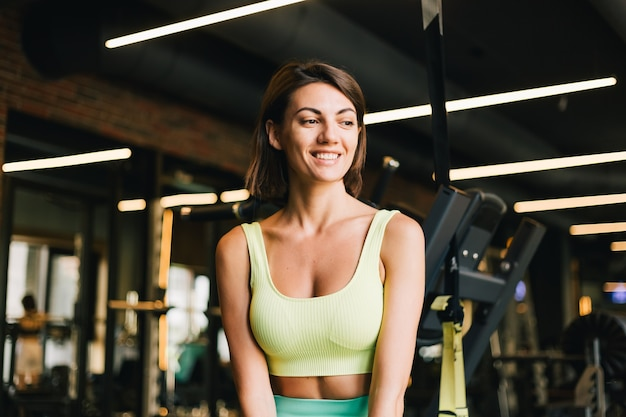 Mulher bonita caucasiana em forma de roupa esportiva adequada para a academia
