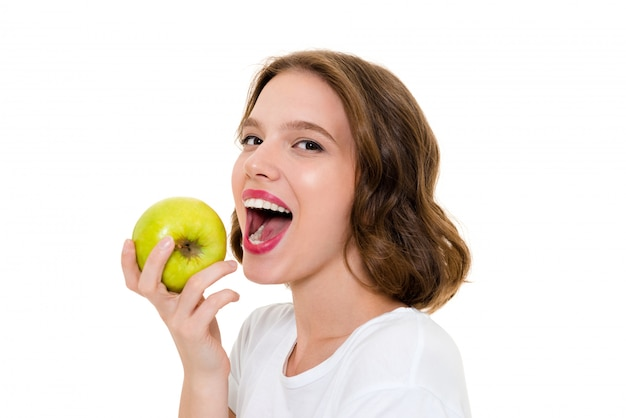 Mulher bonita caucasiana sorridente comendo maçã