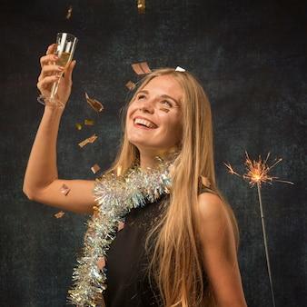 Mulher bonita celebrando o conceito de ano novo
