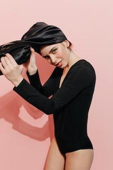 Mulher bonita colocando turbante