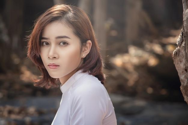 Mulher bonita com a cultura do vietnã tradicional, estilo vintage, hanói vietnã