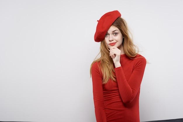 Mulher bonita com a mão divertida lábios vermelhos luxo luz de fundo