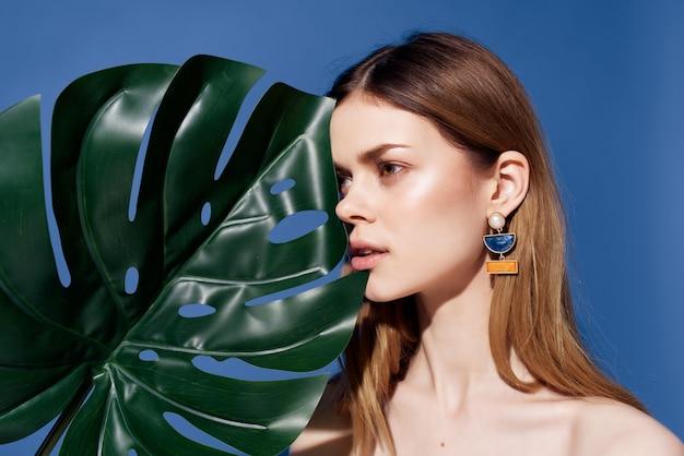 Mulher bonita com aparência exótica glamour glamour fundo azul