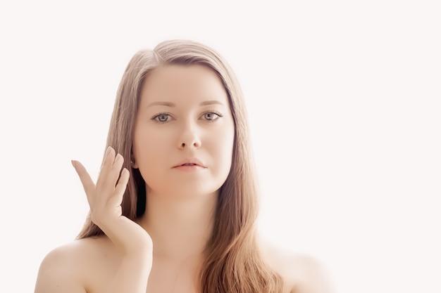 Mulher bonita com aparência natural, pele perfeita e cabelo brilhante como maquiagem, saúde e bem-estar retrato do rosto de uma jovem modelo feminina para cosméticos para a pele e design de anúncio de beleza de luxo Foto Premium
