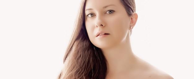 Mulher bonita com aparência natural, pele perfeita e cabelo brilhante como maquiagem, saúde e bem-estar retrato do rosto de uma jovem modelo feminina para cosméticos para a pele e design de anúncio de beleza de luxo