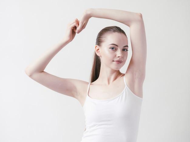 Mulher bonita com axilas, depilação corporal, braços com a beleza feminina