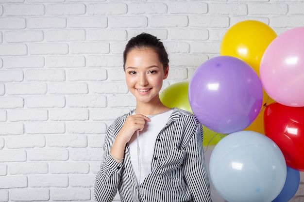 Mulher bonita com balões coloridos