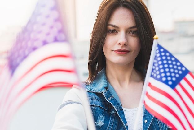Mulher bonita com bandeiras americanas