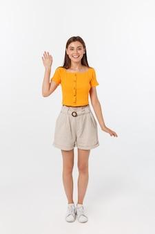 Mulher bonita com blusa laranja dizendo olá