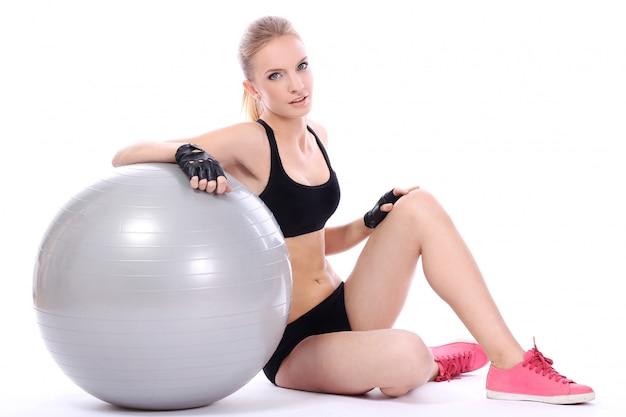 Mulher bonita com bola de fitness