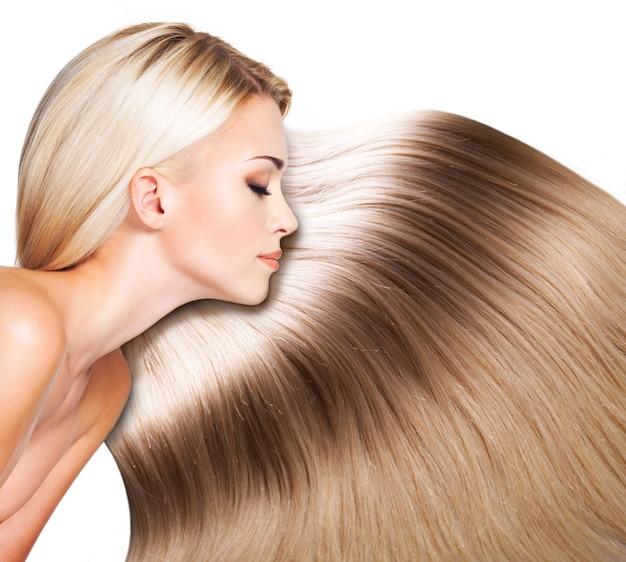 Mulher bonita com cabelo branco comprido. closeup retrato de uma modelo sobre o espaço em branco