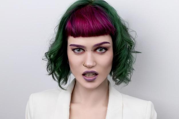 Mulher bonita com cabelo colorido profissional verde roxo