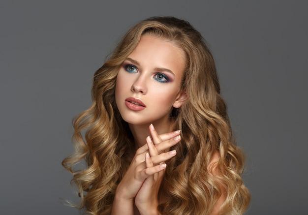 Mulher bonita com cabelo comprido encaracolado