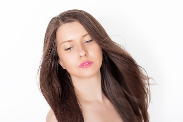 Mulher bonita com cabelo comprido lindo e saudável e pele bronzeada dourada, penteado morena natural e maquiagem bronzeada, cuidados para o cabelo e anúncio de beleza