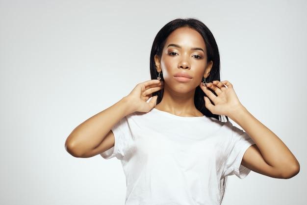Mulher bonita com cabelo comprido preto posando no estúdio de moda