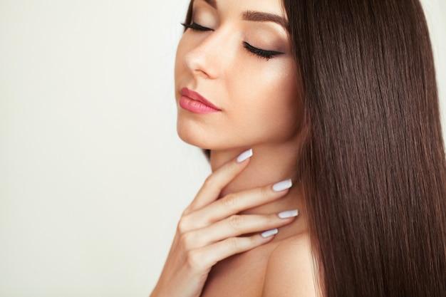 Mulher bonita com cabelo comprido saudável