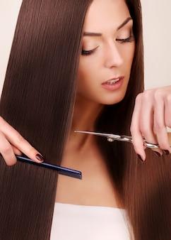 Mulher bonita com cabelo comprido saudável.