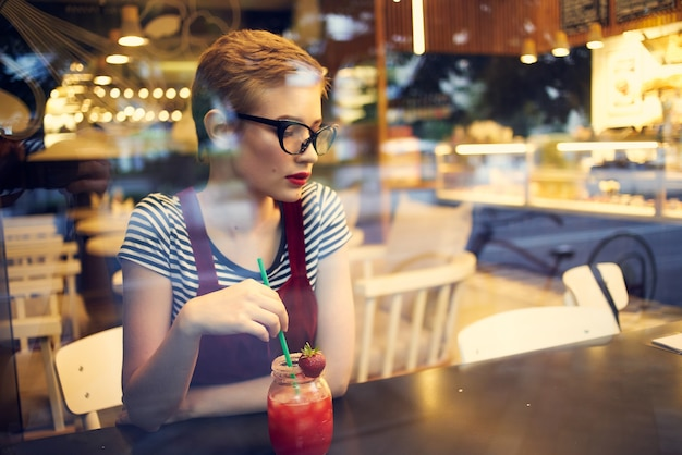 Mulher bonita com cabelo curto com aparência de sonho estilo de vida