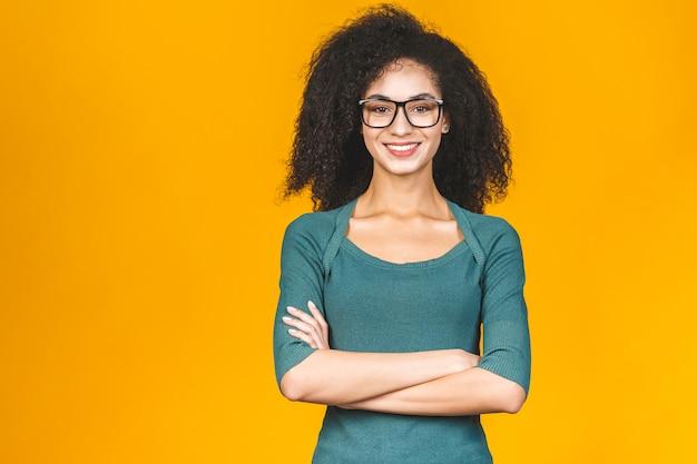 Mulher bonita com cabelo encaracolado morena e óculos