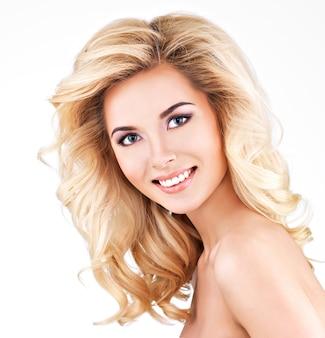 Mulher bonita com cabelo loiro comprido encaracolado.