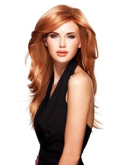 Mulher bonita com cabelo longo liso vermelho em um vestido preto