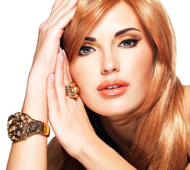 Mulher bonita com cabelo longo liso vermelho