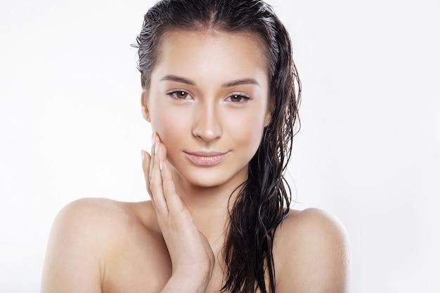 Mulher bonita com cabelo molhado