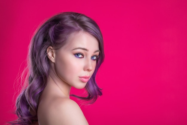 Mulher bonita com cabelo rosa cópia espaço, imagem suculenta brilhante de uma jovem garota