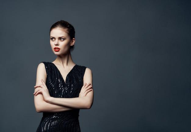 Mulher bonita com cabelo ruivo posando com fundo isolado de cosméticos