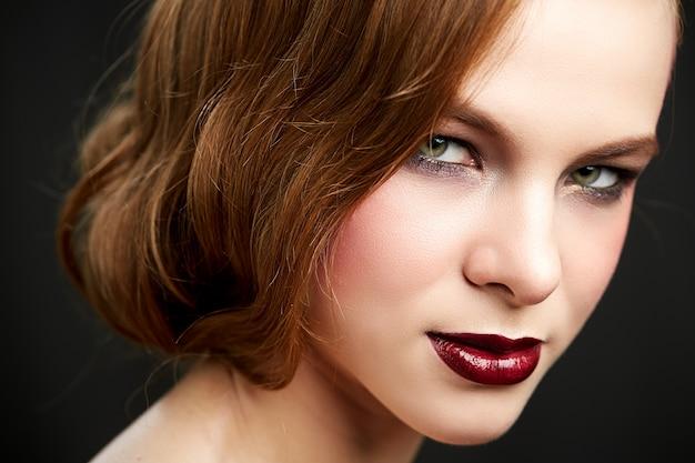 Mulher bonita com cabelo vermelho longo e reto