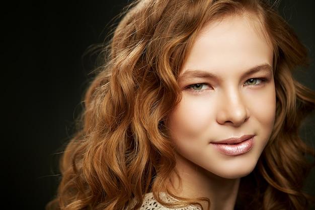 Mulher bonita com cabelo vermelho longo encaracolado