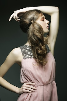 Mulher bonita com cabelos cacheados loiros compridos.