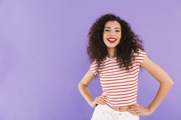 Mulher bonita com cabelos cacheados no verão usar sorrindo e olhando para você