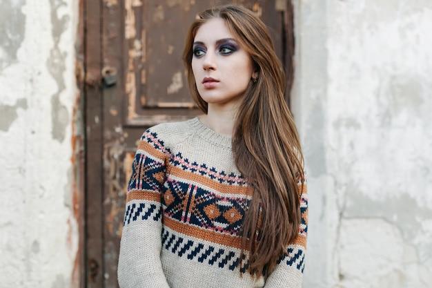 Mulher bonita com cabelos longos em pulôver de inverno.