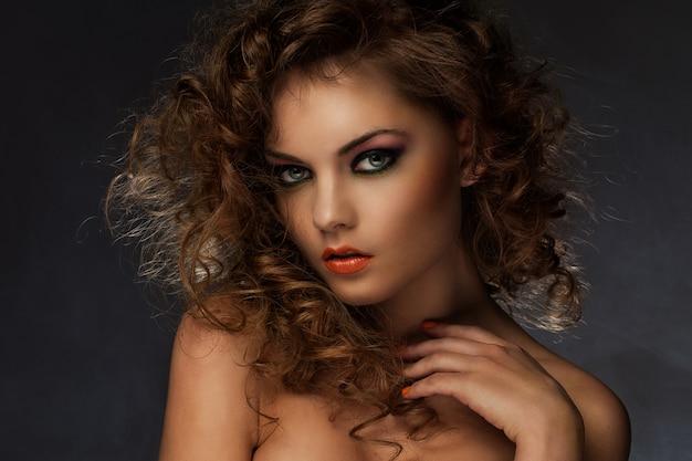 Mulher bonita com cachos e maquiagem