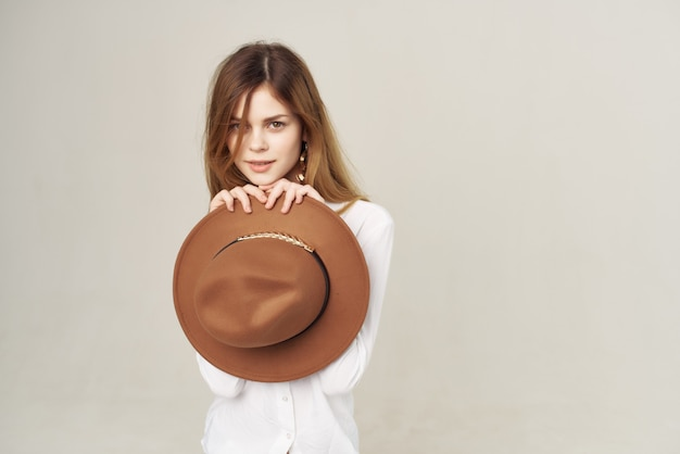 Mulher bonita com camisa branca penteado elegante moda estilo moderno