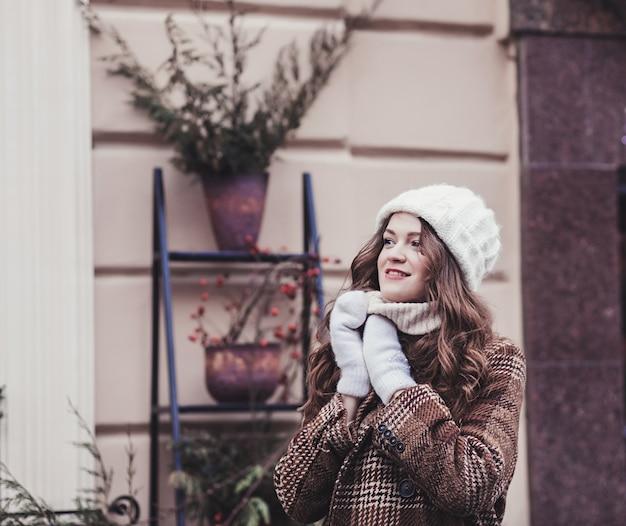 Mulher bonita com casaco de inverno na cidade