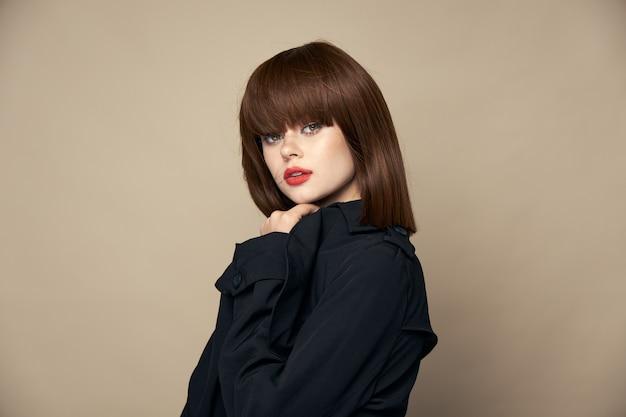 Mulher bonita com casaco preto sorrindo se divertindo
