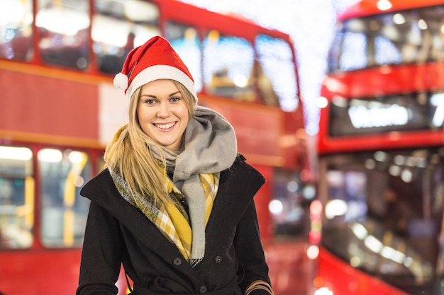 Mulher bonita com chapéu de papai noel em londres no natal