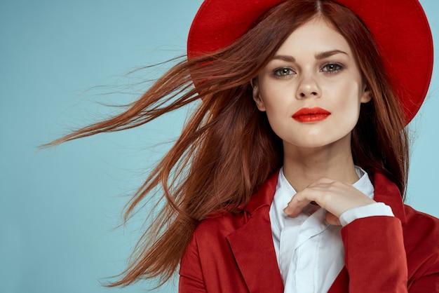 Mulher bonita com chapéu e jaqueta vermelha