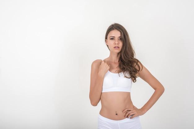 Mulher bonita com corpo saudável no fundo branco