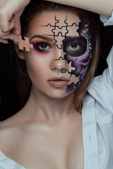 Mulher bonita com esqueleto compõem