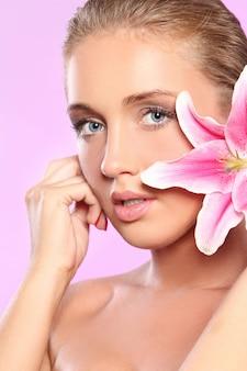 Mulher bonita com flor de lírio