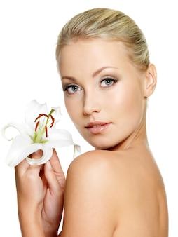 Mulher bonita com flor. retrato do perfil da garota no espaço em branco