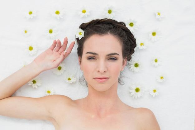 Mulher bonita com flores no salão de beleza