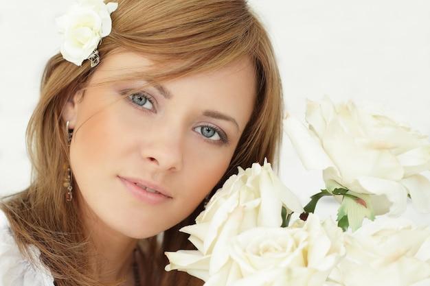 Mulher bonita com flores rosas