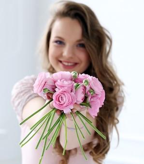 Mulher bonita com flores
