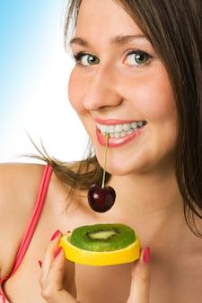 Mulher bonita com frutas em branco