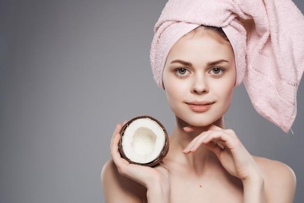 Mulher bonita com fundo isolado de coco de pele limpa de corpo nu. foto de alta qualidade