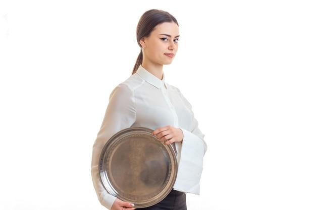 Mulher bonita com garçom de uniforme com uma bandeja nas mãos, isolado no branco